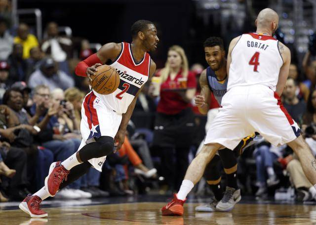 John Wall drives around Marcin Gortat
